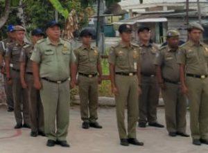 Anggota Satpol PP Natuna saat mendengarkan arahan dari Bupati.