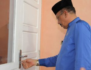 Bupati Natuna Abdul Hamid Rizal saat memeriksa kondisi rumah khusus masyarakat perbatasan dari Kementerian PUPR.