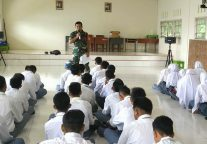 Babinsa Tanjung Kumbik Beri Wasbang kepada Siswa SMAN 1 Pulau Tiga Barat