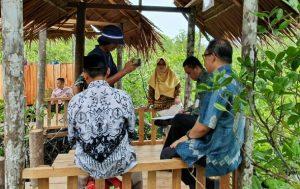Wabup Ngesti bersama sejumlah pimpinan OPD, saat meninjau pengembangan wisata mangrove di Desa Mekar Jaya, yang saat ini mulai ngehits.
