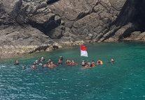 Anak Diperbatasan Kibarkan Merah Putih Dibawah Laut Natuna