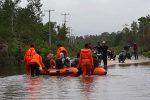 KNPI Natuna Bantu Basarnas Evakuasi Pengguna Jalan yang Terjebak Banjir